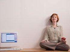 אישה ליד מחשב (צילום: SXC)