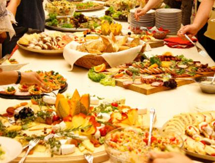 שולחן אוכל מעוצב עמוס במתאבנים, סלטים ועוד (צילום: art-4-art, Istock)