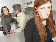 נערה כועסת וברקע הוריה במטבח ואימה מסתכלת (צילום: jupiter images)