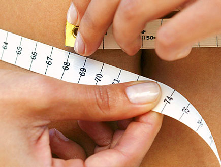 קלוז אפ של ידיים מחזיקות סרט מדידה סביב הבטן (צילום: jupiter images)