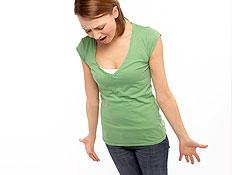 בחורה המומה בירוק עומדת על משקל (צילום: jupiter images)