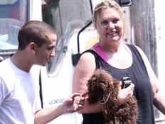 ציפי לוין עם כלב חום על הידיים ונער עם חולצה לבנה (צילום: mako)