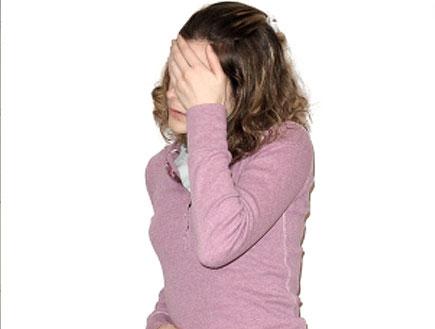 בחורה בורוד מחזיקה את הפנים והבטן (צילום: istockphoto)