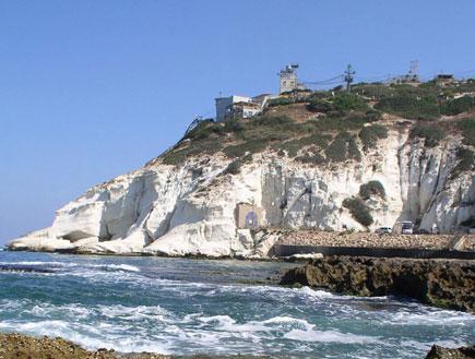 אטרקציות בצפון: מבט לראש הנקרה מחוף אכזיב (צילום: איל שפירא)