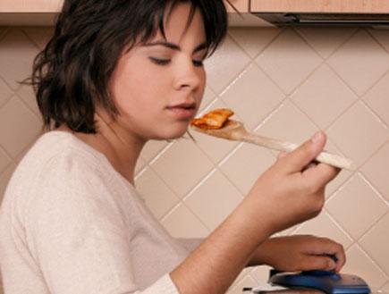 אישה בהריון טועמת אוכל שמבשלת בסיר (צילום: Leah-anne Thompson, Istock)