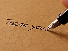 """עט דיו רושמת על דף באנגלית """"תודה לך"""""""