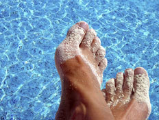 כפות רגליים ליד בריכה (צילום: Shutterstock)