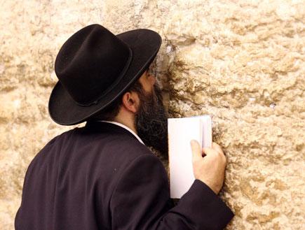 חרדי מתפלל בכותל המערבי (צילום: עודד קרני)