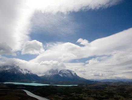 אגם אפור הרי הטורס בצ'ילה ושמיים כחולים (צילום: Reuters)