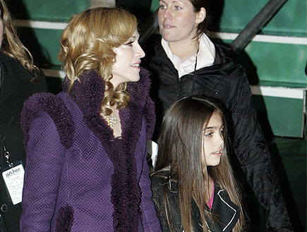 מדונה בחליפה סגולה עם בתה לורדס