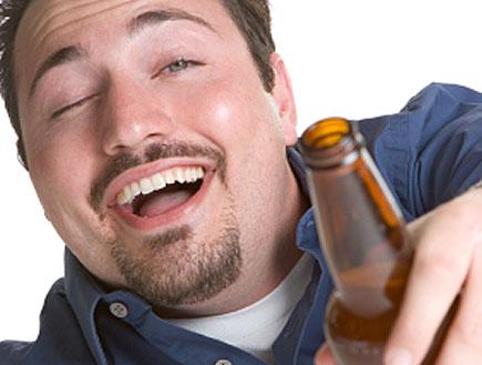 שיכור עם בירה (צילום: keeweeboy, Istock)
