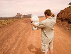 איש מסתכל על מפה בחוסר אונים (צילום: Justin Horrocks, Istock)