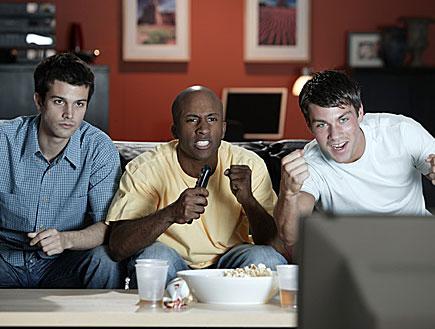 חברה צופים במשחק (צילום: jupiter images)