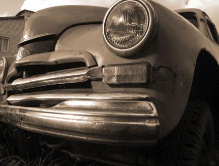 מכונית ישנה - תמונת שחור לבן מהחזית (צילום: Shutterstock)