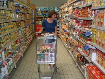 אישה במעבר בסופר (צילום: jupiter images)
