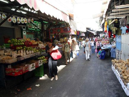 דוכני פירות בשוק הכרמל (צילום: עודד קרני)