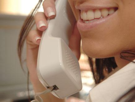 בחורה מדברת בטלפון (צילום: webphotographeer, Istock)