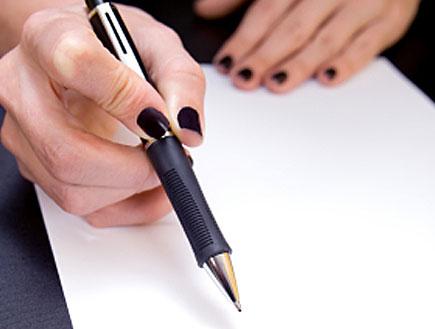 אישה כותבת (צילום: Bruno Passigatti, Istock)