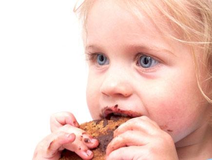 פרופיל פעוטה אוכלת עוגיית שוקולד (צילום: SchulteProductions, Istock)
