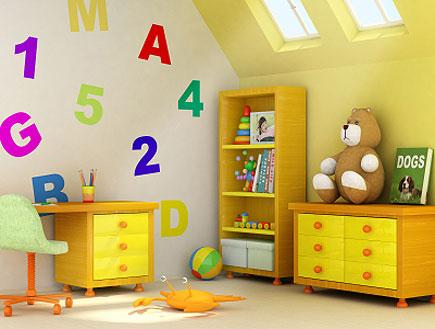 חדר ילדים צהוב לבן עם אותיות ומספרים על הקיר (צילום: barsik, Istock)