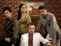 ארבעה משחקני הסדרה הבורר מסתכלים למצלמה על רקע טפט