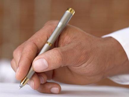 יד גברית בשרוול לבן מחזיקה עט כסופה יוקרתית מעל דף (צילום: jupiter images)