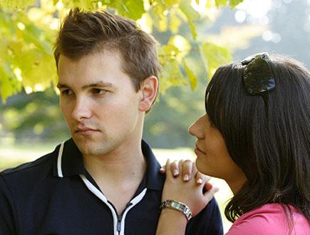 בחורה בורוד נשענת על כתפו של בחור שמסתכל הצידה (צילום: babiychuk, Istock)