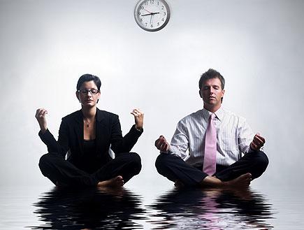 גבר ואישה בחליפות,יושבים כאילו על מים (צילום: stock_xchng)