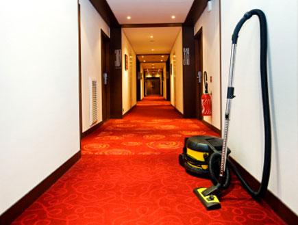 שואב אבק במסדרון בבית מלון (צילום: Nikada, Istock)