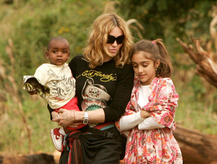 מדונה בתה לורדס והבן המאומץ האפריקאי (צילום: Reuters)
