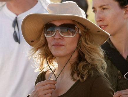 מדונה בכובע חאקי ומשקפי שמש (צילום: Reuters)