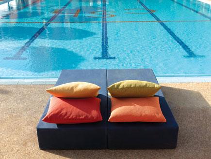 מיטה זוגית על שפת הבריכה במלון פריזמה מיוזיק אילת
