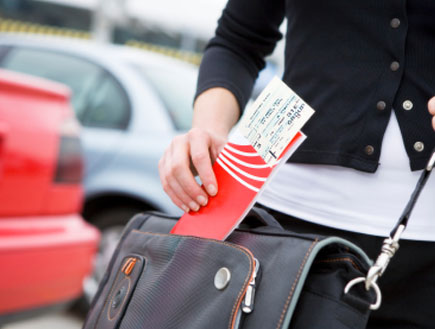 הכנסת כרטיס טיסה לתוך תיק (צילום: kiomi)