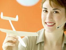 בחורה עם אוזניה מחזיקה דגם של מטוס
