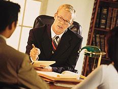 זוג יושב במשרד מול גבר בחליפה ומשקפיים (צילום: jupiter images)