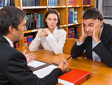 זוג יושב מודאג ומקשיב לאיש בחליפה ליד שולחן במשרד (צילום: jupiter images)