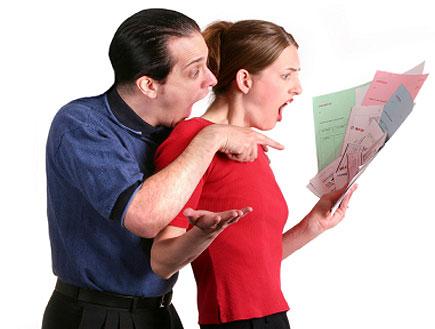 בחורה באדום ומאחוריה בחור בכחול מסתכלים על ניירת בבהלה (צילום: Sharon Dominick, Istock)