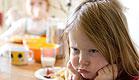 ילדה זעופה מפנה את גבה לשולחן האוכל (צילום: Franky De Meyer, Istock)