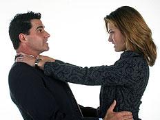 גבר ואישה בשחור רבים והיא חונקת אותו