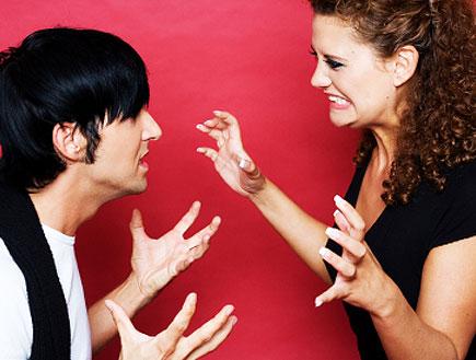 זוג רב עם הידיים על רקע קיר אדום (צילום: istockphoto)