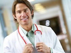 רופא צעיר בחלוק ובסטטוסקופ מחייך למצלמה