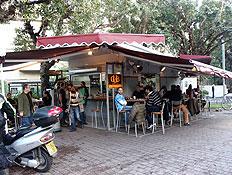 קיוסק קפה בשדרות רוטשילד (צילום: עודד קרני)
