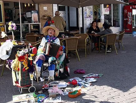 איש מנגן על אקורדיון בתל אביב (צילום: עודד קרני)