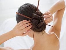 שיער נשים- תמונה מלמעלה של תסרוקת עם צ'ופסטיקס