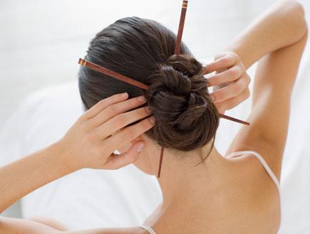 שיער נשים- תמונה מלמעלה של תסרוקת עם צ'ופסטיקס (צילום: jupiter images)