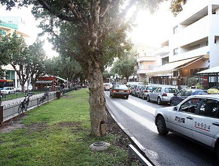 מונית חולפת בשדרות רוטשילד בתל אביב (צילום: עודד קרני)