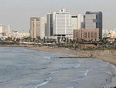 קו החוף של תל אביב - מגדל trade tower באמצע (צילום: עודד קרני)