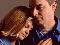 אמון 2- זוג בחולצות כחולות ופנים עצובות מחובקים (צילום: jupiter images)