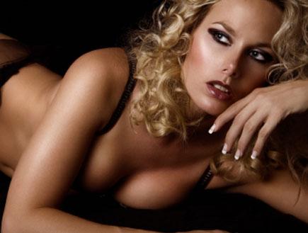 דוגמנית בתנוחה סקסית (צילום: iconogenic, Istock)