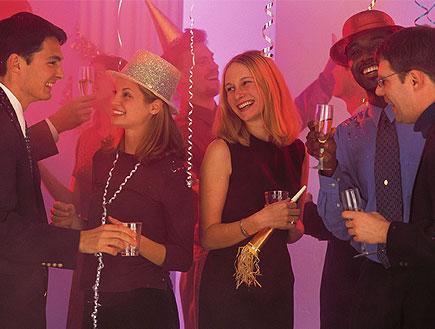 אנשים חוגגגים במסיבה עם כוסות שתייה ותאורה ורודה (צילום: jupiter images)